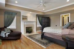 Dormitorio principal con la chimenea Foto de archivo