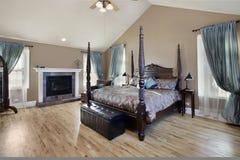 Dormitorio principal con la chimenea Fotografía de archivo libre de regalías