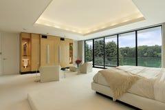 Dormitorio principal con la opinión del lago Imágenes de archivo libres de regalías