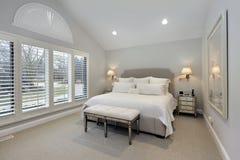 Dormitorio principal con la pared de ventanas Imagen de archivo libre de regalías