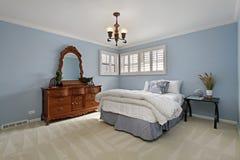 Dormitorio principal con las paredes azules Foto de archivo