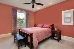 Dormitorio principal con las paredes coloreadas melocotón Imágenes de archivo libres de regalías
