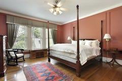 Dormitorio principal con las paredes coloreadas salmones Fotografía de archivo libre de regalías