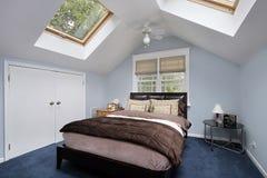 Dormitorio principal con los tragaluces Fotografía de archivo