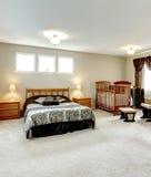 Dormitorio principal con un área del cuarto de niños Foto de archivo libre de regalías