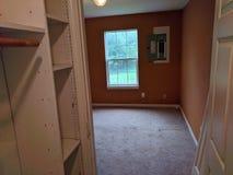 Dormitorio principal del vestidor foto de archivo