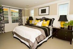 Dormitorio principal elegante imagen de archivo