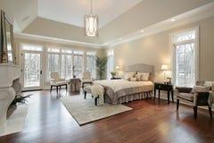 Dormitorio principal en hogar de la nueva construcción Imágenes de archivo libres de regalías