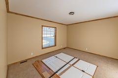 Dormitorio principal en nuevo hogar manufacturado foto de archivo