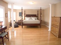 Dormitorio principal espacioso 34 foto de archivo libre de regalías