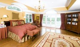 Dormitorio principal grande con la luz de la ventana imagen de archivo libre de regalías