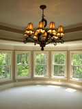 Dormitorio principal redondo de lujo del hogar modelo con la luz fotos de archivo libres de regalías