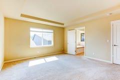 Dormitorio principal vacío con el cuarto de baño Imagen de archivo libre de regalías
