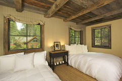 Dormitorio rústico lujoso de la cabina de registro Foto de archivo libre de regalías