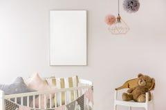 Dormitorio recién nacido con el pesebre blanco fotos de archivo libres de regalías