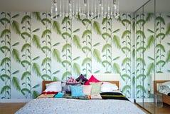 Dormitorio retro con una sensación del diseño de los años 70 imagen de archivo libre de regalías