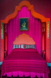Dormitorio rojo y rosado cama de 1001 noches Imagen de archivo libre de regalías