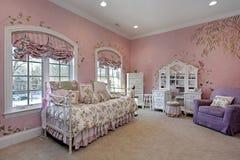 Dormitorio rosado en hogar suburbano imagenes de archivo