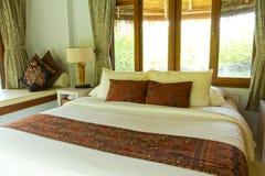 Dormitorio rural del estilo con la cama del pabellón Foto de archivo libre de regalías
