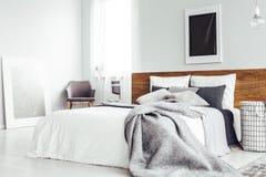 Dormitorio simple con el cartel oscuro imagenes de archivo