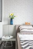 Dormitorio simple con la pared de ladrillo Imágenes de archivo libres de regalías