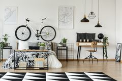 Dormitorio simple con las plantas Imagen de archivo