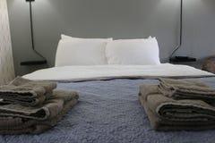Dormitorio simple del dormitorio del estudiante-estilo con las porciones de luz imagen de archivo