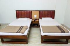 Dormitorio simple, interiores caseros Fotos de archivo libres de regalías