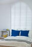 Dormitorio simple pero muy original Foto de archivo libre de regalías