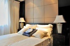 Dormitorio simple y elegante Foto de archivo libre de regalías
