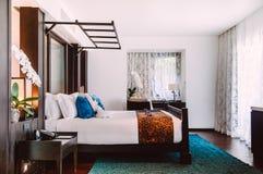 Dormitorio tropical del centro turístico con la cama de madera, interior contemporáneo l imágenes de archivo libres de regalías