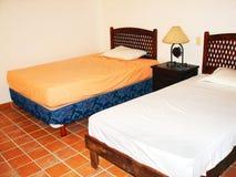Dormitorio tropical en el pequeño apartamento Imagen de archivo libre de regalías