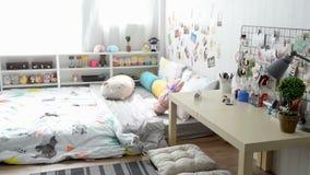 Dormitorio vacío de las hembras con la cama y muebles almacen de metraje de vídeo