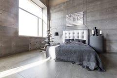 Dormitorio vacío moderno en estilo del desván con colores grises y árbol de navidad hecho a mano de madera con los presentes fotos de archivo libres de regalías