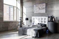 Dormitorio vacío moderno en estilo del desván con colores grises y árbol de navidad hecho a mano de madera con los presentes fotos de archivo
