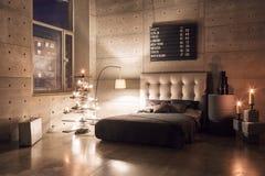 Dormitorio vacío moderno en estilo del desván con colores grises y árbol de navidad hecho a mano de madera con los presentes Cali imagenes de archivo