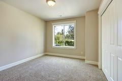 Dormitorio vacío brillante Foto de archivo libre de regalías