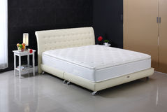 Dormitorio y colchón agradables Foto de archivo