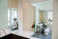 Dormitorio y cuarto de baño imágenes de archivo libres de regalías