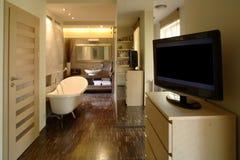 Dormitorio y cuarto de baño del apartamento de lujo Foto de archivo libre de regalías