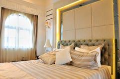 Dormitorio y ventana con la iluminación de la cortina Imagen de archivo libre de regalías
