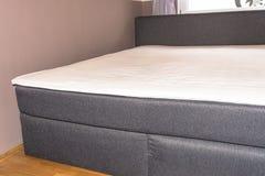 Dormitorios del detalle, colchones boxspring de la cama imágenes de archivo libres de regalías