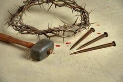 Dornenkrone mit Nägeln und Holzhammer Stockfotos