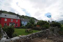 Dornie村庄的一些典型的色的苏格兰房子在爱莲・朵娜城堡附近的 免版税库存图片