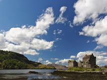 Dornie, Escócia - 12 de maio de 2018 - Eilean Donan Castle com um céu azul claro e umas nuvens brancas macias foto de stock