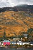 Dornie by i höglands- Skottland royaltyfri fotografi