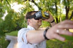 Dorośleć mężczyzny używa rzeczywistości wirtualnej słuchawki plenerową VR, VR szkła, zwiększający rzeczywistości doświadczenie obraz royalty free