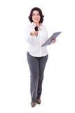Dorośleć żeńskiego reportera z mikrofonem i schowkiem odizolowywającymi dalej Fotografia Stock