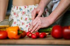 Dorośleć mężczyzna ciie świeżych warzywa dla sałatki zdjęcie royalty free