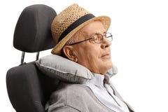 Dorośleć mężczyzna dosypianie na siedzeniu z szyi poduszką Obrazy Stock